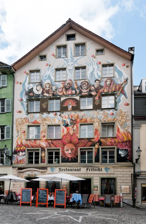 Швейцария Люцерна дом граффити уличное искусство сказочные персонажи автор фото Демидов Игорь общий вид Switzerland Luzern street art mural painting author Ottiger 85