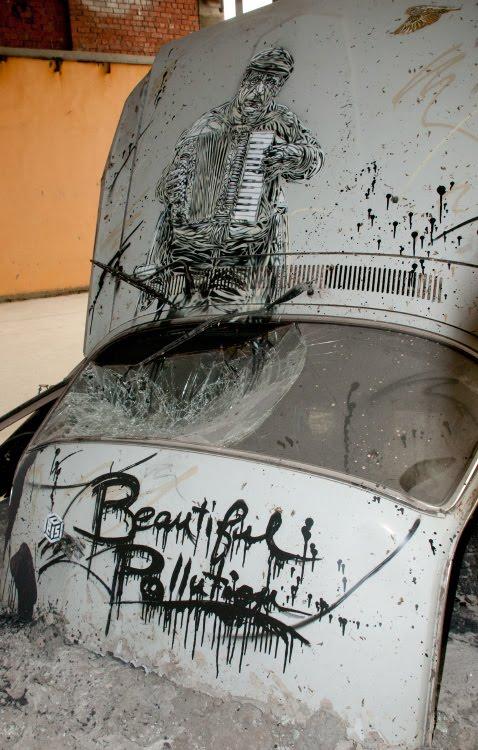 баянист или аккордеонист гармонист на капоте разбитой волги с215 Christian Guémy уличный художник искусство граффити автор фото Демидов Игорь graffiti street art painting