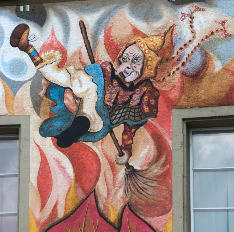 Швейцария Люцерна дом граффити уличное искусство сказочные персонажи автор фото Демидов Игорь ведьма с косичками Switzerland Luzern street art mural painting author Ottiger 85 witch wit plaits