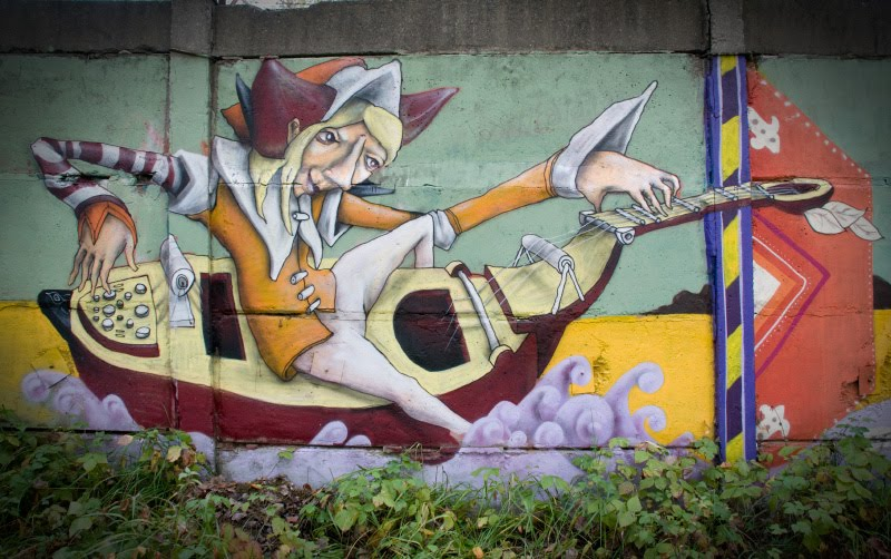 graffiti minstrel sailing on a lute граффити менестрель плыывёт на лютне фото Демидова Игоря