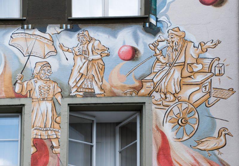 Швейцария Люцерна дом граффити уличное искусство сказочные персонажи автор фото Демидов Игорь старушки и зонтики Switzerland Luzern street art mural painting author Ottiger 85 granny with ambrellas