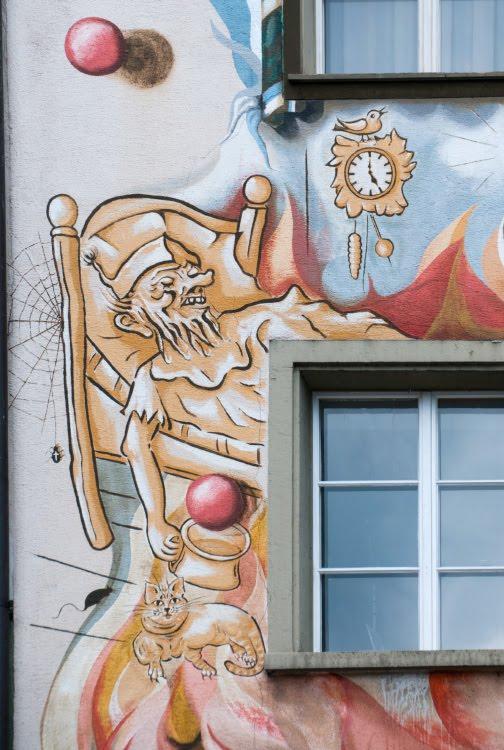 Швейцария Люцерна дом граффити уличное искусство сказочные персонажи автор фото Демидов Игорь  спящий мужчина с кружкой Switzerland Luzern street art mural painting author Ottiger 85 sleeping man