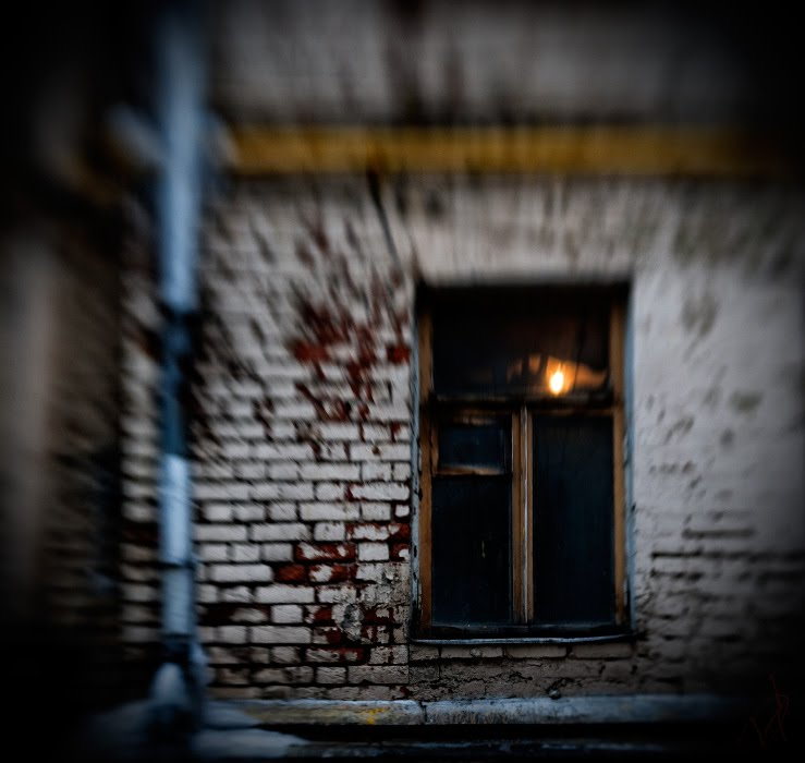 окно стена свет темно кирпич трещина труба автор Демидов Игорь window weak light brick wall pipe