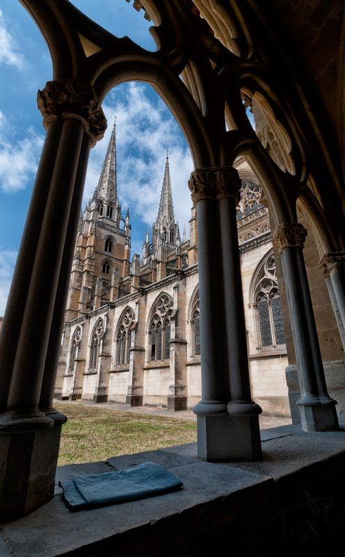 Дворик кафедрального собора Байонны гтические арки court yard of Bayonne Cathedral church автор Демидов Игорь