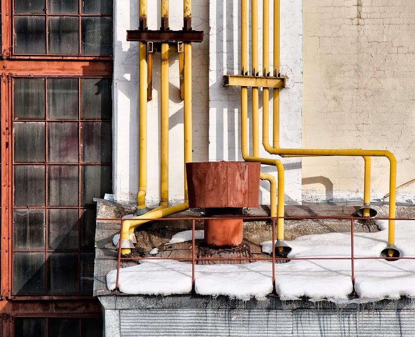 bright day dark windows yellow pipes яркое солнце грязные тёмны окна желтые трубы автор Демидов Игорь