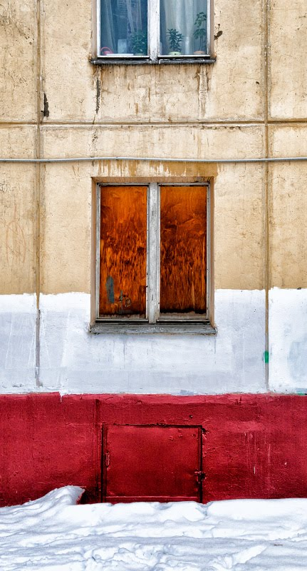 Зима окно забитое фанерой яркие цвета автор Демидов Игорь winter day plywood on the window bright colours