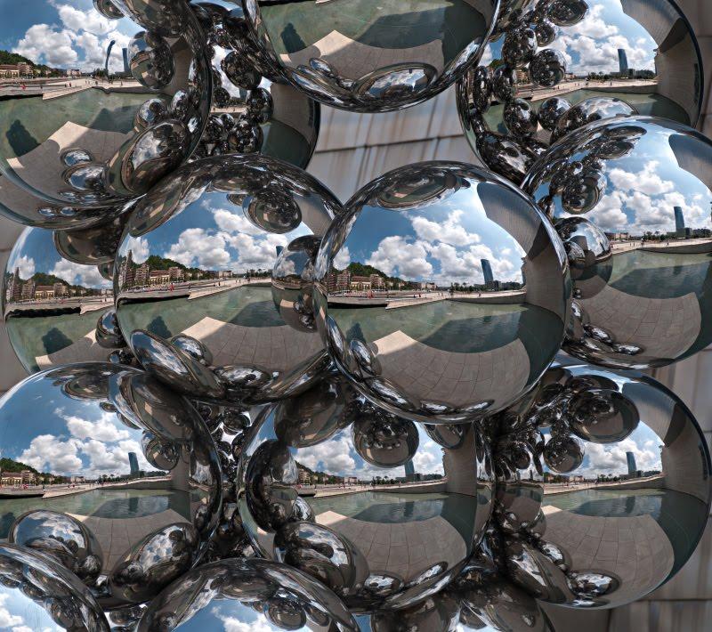 chromium plated bubbles near Guggenheim museum in Bilbao distorted world хромированые пузыри у музея Гугенхайм в Бильбао искаженный мир внутри автор фото Демидов Игорь