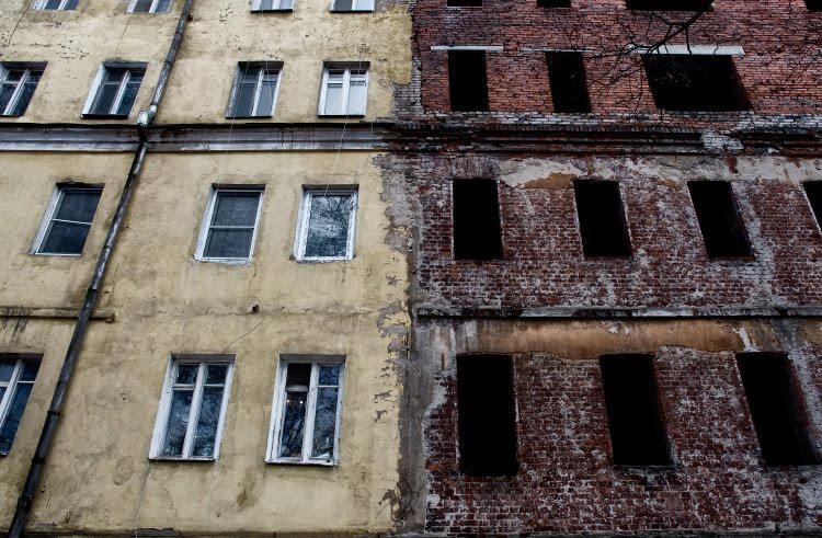 дом желтый жилой окна голубые дом кирпичный окна пустые чёрные нежилой автор Демидов Игорь yellow house blue windows red brick house empty windows