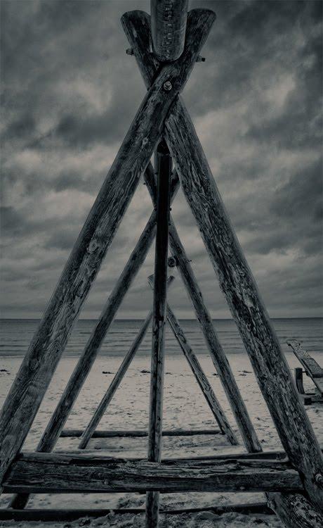 heathen temple triangles on baltic sea капище на берегу балтийского моря деревянные треугольники Юрмала автор Демидов Игорь