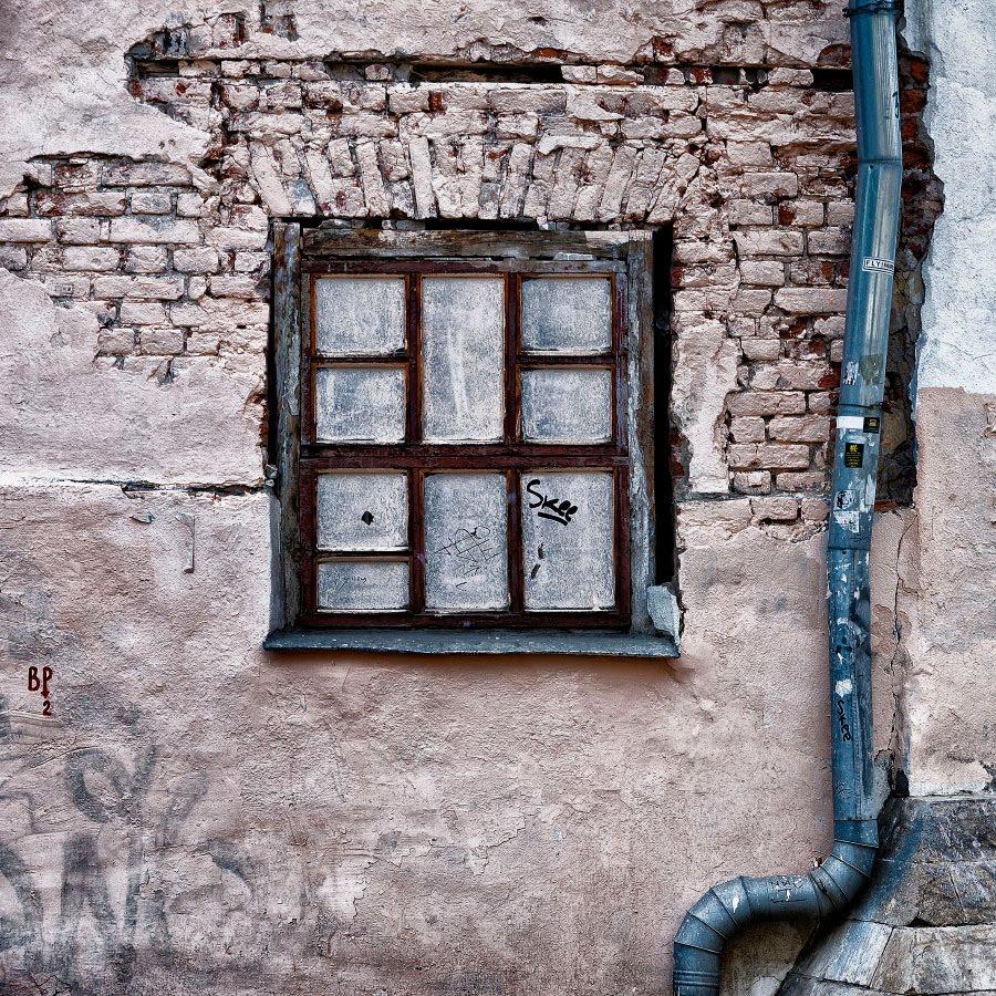 глухое покрытое краской окно и водосток автор фото Демидов Игорь blinded painted window