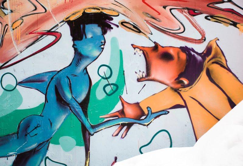 graffiti street art Berlin hand shake two strange persons Берлин уличное искусство граффити рукопожатие двух странных существ голубой с плавником низкий приземистый рыжий автор фото Демидов Игорь
