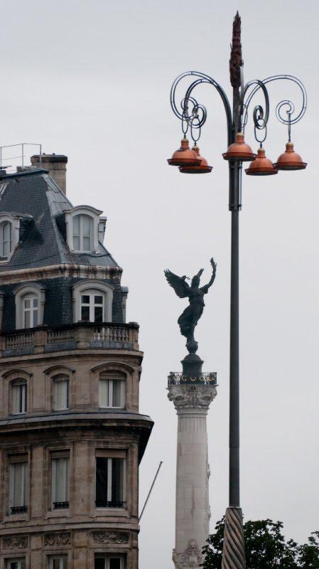 rainy day old building black Nika bronze lamp in Bordeaux старое здание Ника и бронзовый фонарь на улице Бордо в дождливый день автор Демидов Игорь