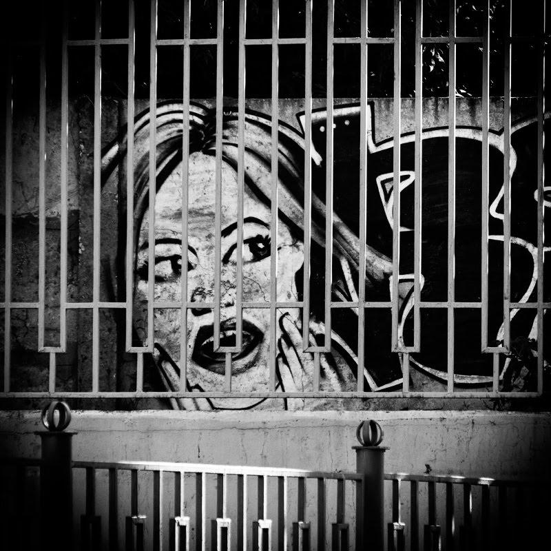 street art mural painting  face beyond fence лицо за решеткой уличное искусство графити автор фото Демидов Игорь