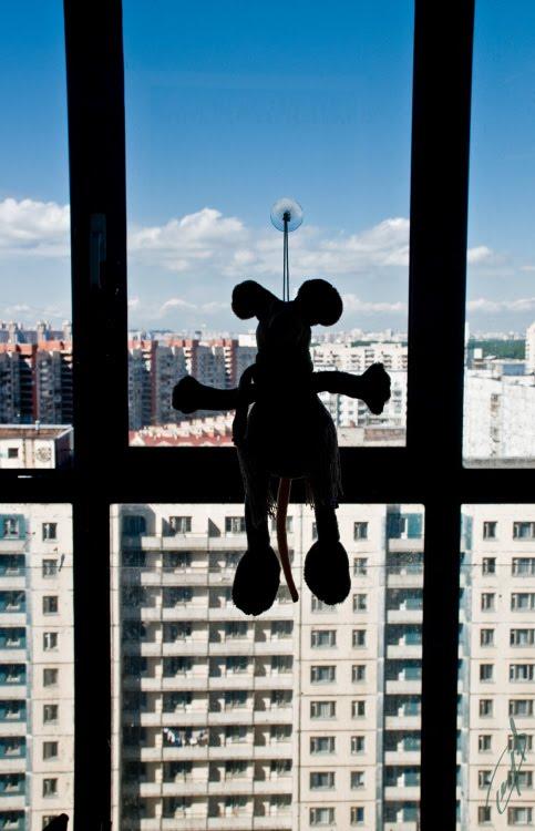 toy mouse over the big city маленькая игрушка мышь над городом автор Демидов Игорь