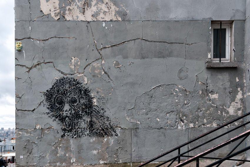 Street art mural painting monkey on grey wall with cracks уличное искусство граффити обезьяна на потрескавшейся стене автор фото Демидов Игорь