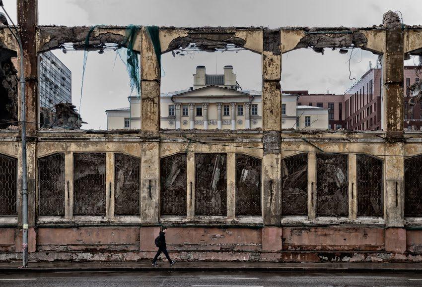 urban street pedestrian walking along ruins идущий вдоль руин пешеход автор Демидов Игорь
