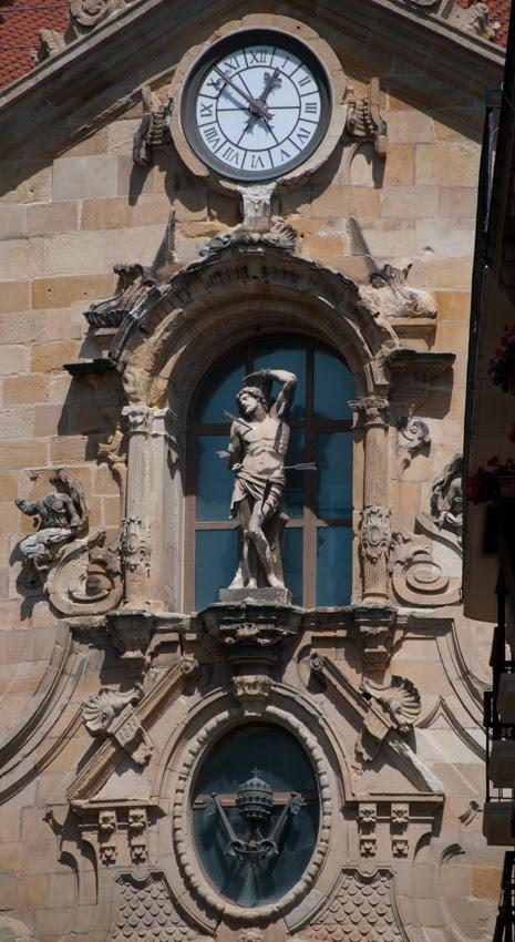 Saint Sebastian sculpture on church Скульптура Святого Себастьяна на одноименном храме в Сан Себастьяне автор фото Демидов Игорь