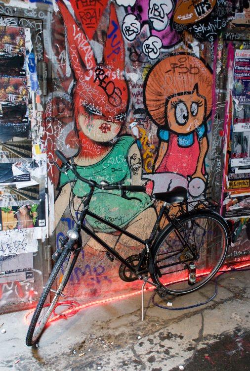 красная маска кролика эротический вид граффити велосипед подворотня Берлин автор фото Демидов Игорь graffiti red rabbit mask bicycle street art Berlin