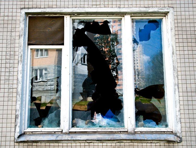 reflection in broken window отражение в разбитом стекле окна автор Демидов Игорь