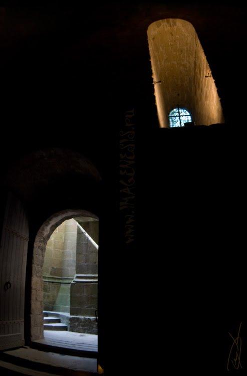 door and window in the dark room дверь с окном свет в тёмной комнате автор Демидов Игорь