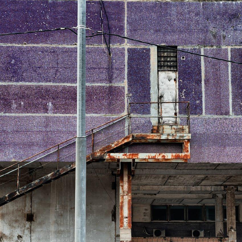 фиолетовая стена ржавая лестница узкая дверь автор Демидов Игорь purple wall rusty ladder narrow door