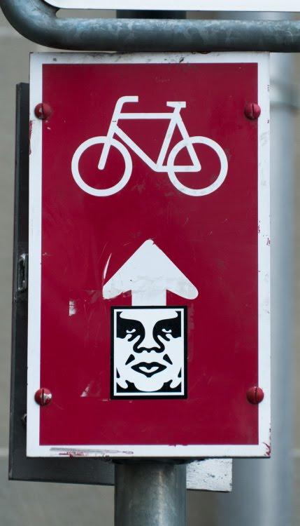велосипед знак мысли лицо граффити уличное искусство автор фото Демидов Игорь bicycle thinking face street art sign arrow