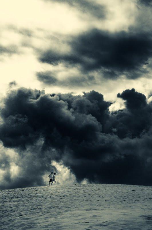 People walking in clouds on Dune Pyla Arcachon двое идут в облаках по Дюне Пила в Аркашоне автор фото Демидов Игорь