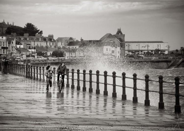 дети играют с волнами уворачиваются от брызг на велосипеде автор демидов Игорь children playing with waves avoiding water drops on bicycle