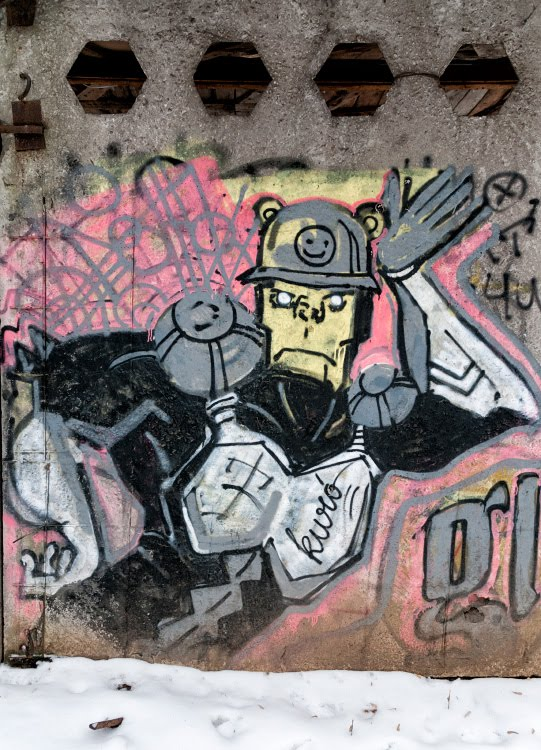 Танцующий космический полицейсткий на бетонной стене города dancing space cop on concrete city wall street art уличное искусство автор фото Демидов Игорь