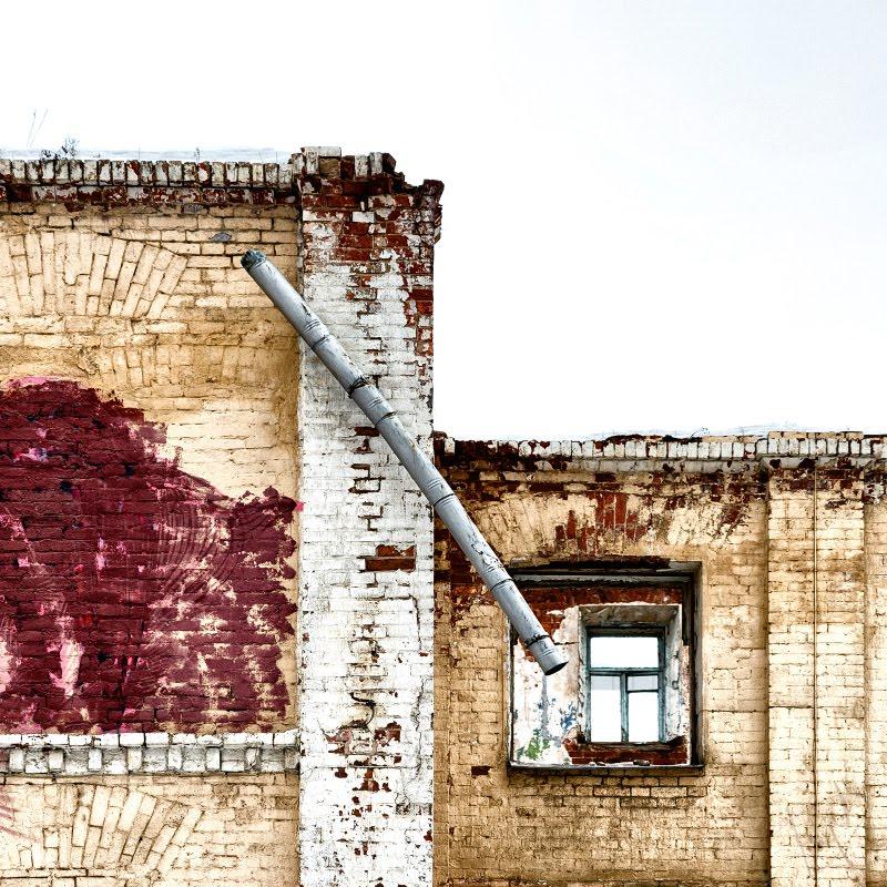 окно водосток диагональ наискосок кирпич стена пустота автор фотографии Демидов Игорь brick wall empty window diagonal drain pipe
