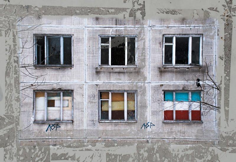 Дом заброшен окна забиты цветной фанерой автор Демидов Игорь rusty abandoned house windows closed by colourful plywood