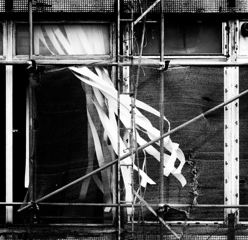 окно жалюзи ветер разруха стройка window wind abandoned house jalousie автор Демидов Игорь
