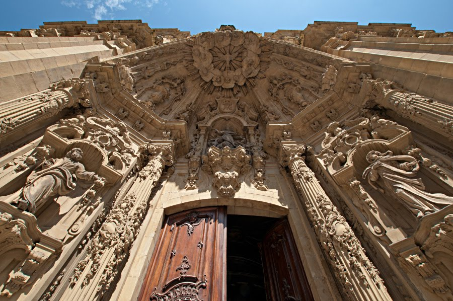 барочные двери храма в Сан Себастьян автор фото Демидов Игорь baroque doors of church in San Sebastian