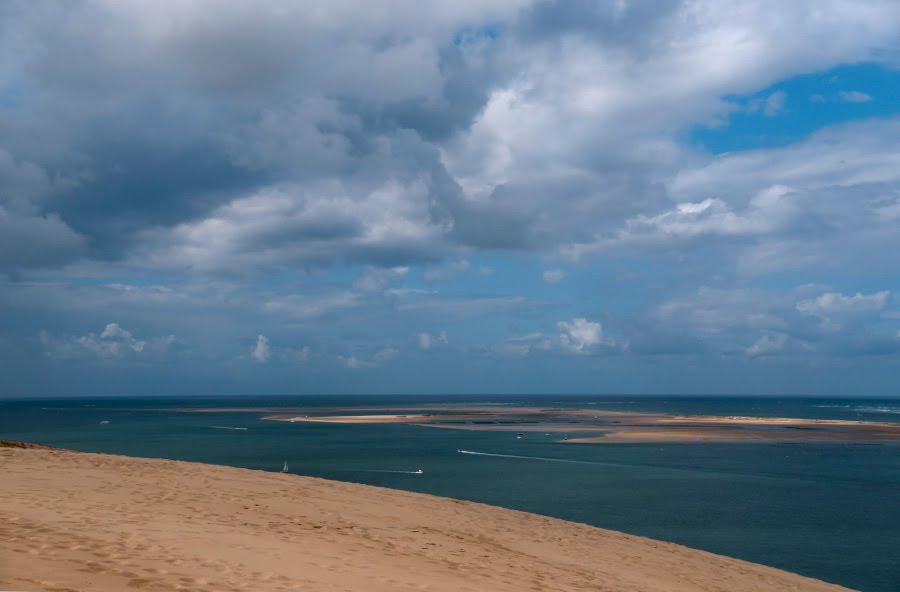 ocean sand cloudy sky over bassin Arcachon над водами и песками океана облачное небо залива Аркашон автор фото Демидов Игорь