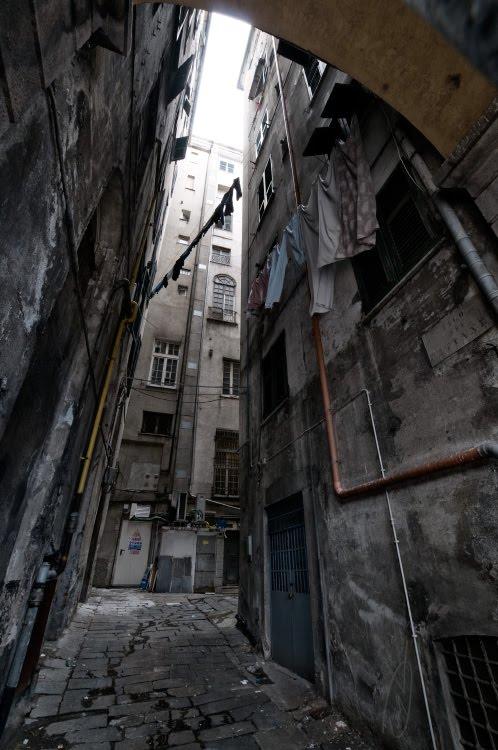 weak skylight dark yard bleached world свет в тёмном колодце двора линялые стены автор Демидов Игорь