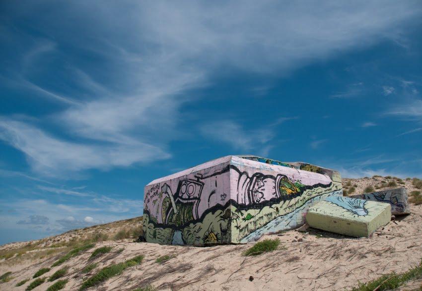 Cap ferret street art on the beach earth transform machine mural painting уличное искусство Кап Ферре машина пожирающая и перерабатывающая землю автор фото Демидов Игорь