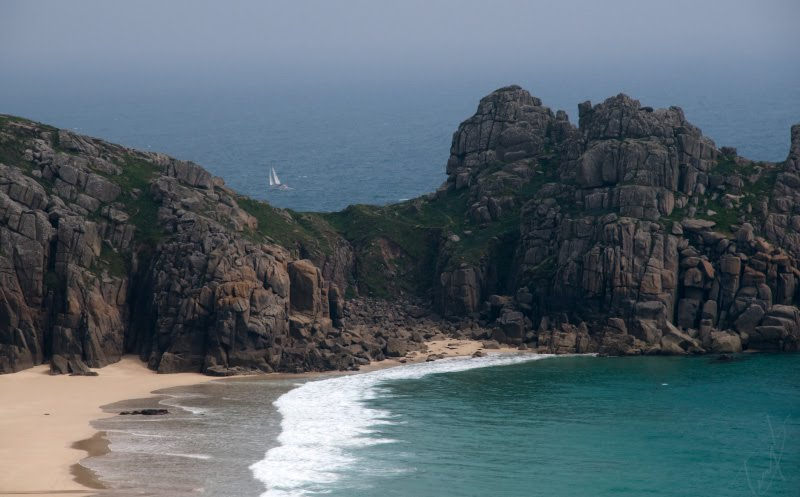 одинокий парус среди скал пляж Корнуэлл Англия автор Демидов Игорь lonely sail between the rocks of Cornwall