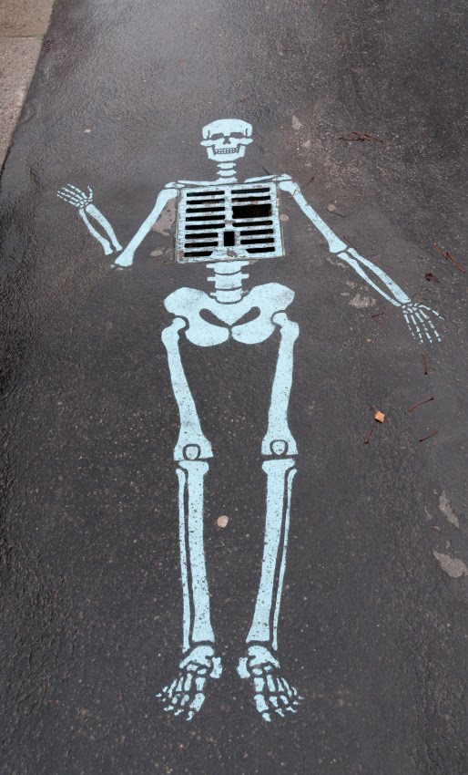 Водосточный скелет уличное искусство рисунок на асфальте автор фото Демидов Игорь street art gutter skeleton road painting
