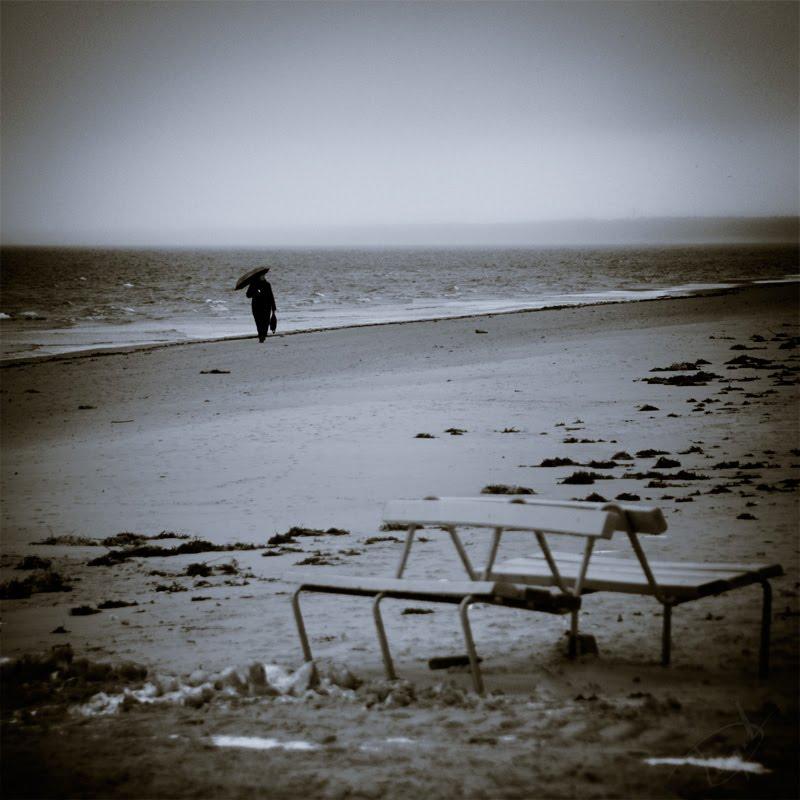 ambrella on the baltic sea shore Jurmala photo девушка под зонтиком на берегу балтийского моря автор демидов Игорь