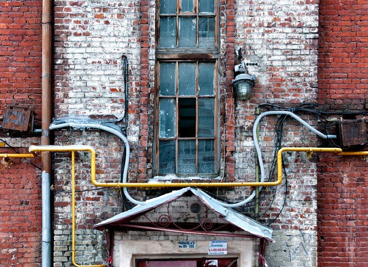 окно цветные трубы провода кирпичи полоски белые красные автор Демидов Игорь red and white stripes bricks yellow rusty design  pipes