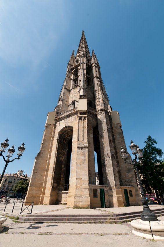 Bordeaux bell tower looks like rocket колоколоьня в Бордо смотрится как готовая к старту ракета автор Демидов Игорь