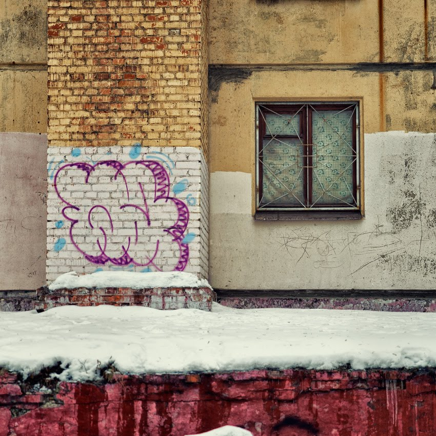 зима окно полоса красная белая желтая автор Демидов Игорь winter snow window red white yellow stripes