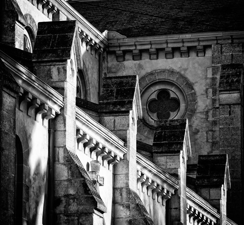 architecture of Arcachon church stone degrees Архитектура храма в Аркашоне каменные ступеньки украшений фасада автор фото  Демидов Игорь