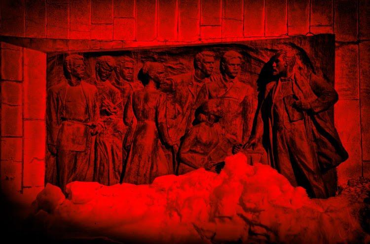 коммунистическое собрание барельеф в Нижнем Новгороде автор фото Демидов Игорь coommunist party bás-relief red colours