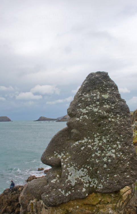 statue of old corsair on the cliffs статуя старого пирата на береговых скалах автор Демидов Игорь
