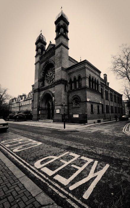 New West End Synagogue keep clear London кирпичная Синагога в Лондоне Сберегите чистым автор Демидов Игорь