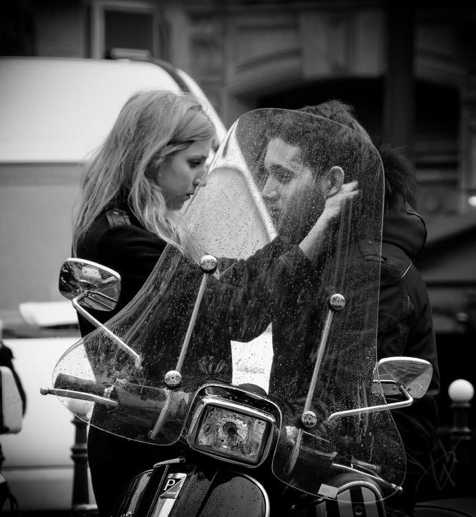 скутер дождь мокрое ветровое стекло  пара разговаривает автор Демидов Игорь scooter wet winshield people talking
