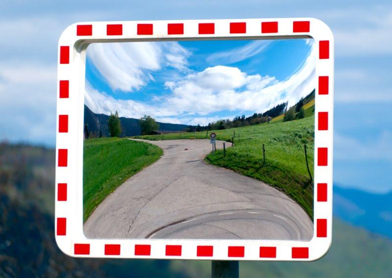 луга Швейцарии зеркало рамка небо горы холмы трава дорога автор Демидов Игорь Switzerland hills meadows grass sky road mirror magic world