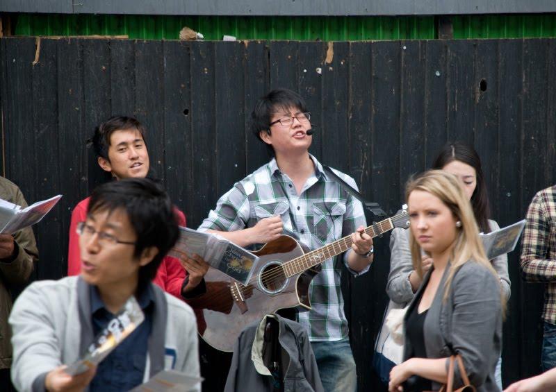 Китайы поют песни и проповедуют христианство в Лондоне автор Демидов Игорь chinese singers singing christian songs in London