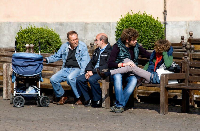 две пары на скамейке и один в коляске городская сцена автор Демидов Игорь two pair of people on the bench